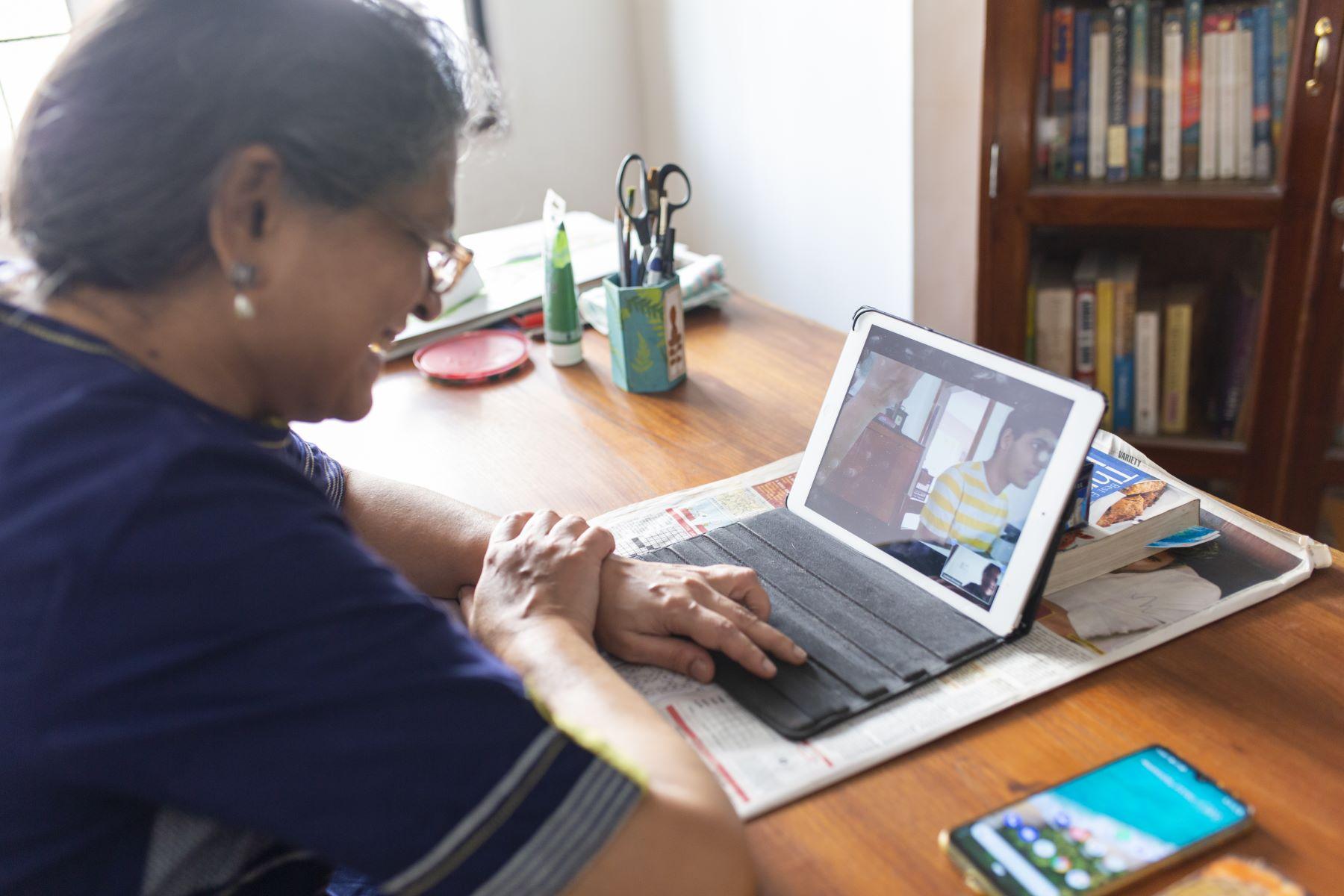 Jyotsna Srinivasan having a fun conversation with Madhav and Madhuca (mother)